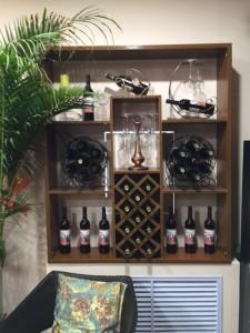 Tủ rượu trưng bày cùng với mẫu mã đa dạng cho phòng khách