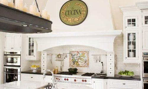 Thiết kế nội thất phòng bếp gam màu sáng.