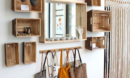 Ý tưởng trang trí tường nhà ấn tượng nhờ kệ gỗ.