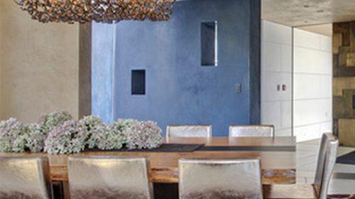 Phòng ăn độc đáo với ghế kim loại.