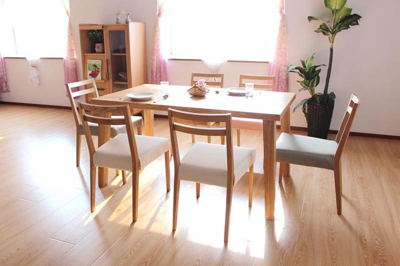 Mẫu bàn ăn chữ nhật gỗ tự nhiên GHS-4133 bạn có thể đặt thêm ghế và nới rộng kích thước của bàn cho phù hợp với không gian nhà mình
