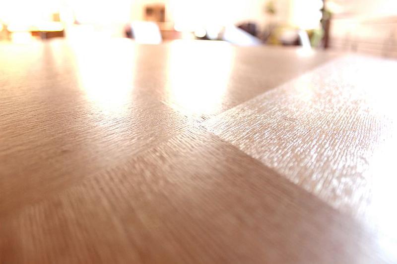 Mặt bàn gỗ sồi tự nhiên phủ thêm lớp bóng mờ làm cho sản phẩm tinh tế và sang trọng