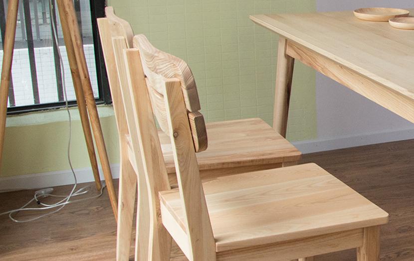 Thiết kế mộc mạc mà tinh tế với chi tiết ghế lưng tựa nan thoáng rất phù hợp.