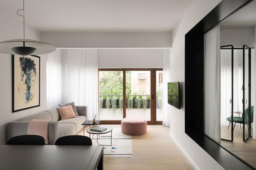 Bộ ghế sofa màu xám giúp không gian phòng khách ấm áp hơn vào mùa đông