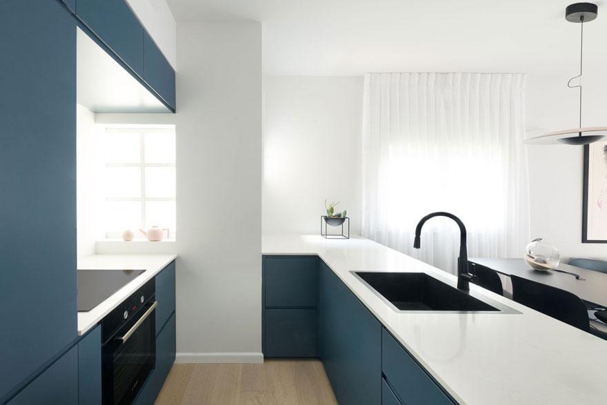 Bạn cũng có thể thấy, từ kiểu dáng sofa tới bàn ăn và tủ bếp đều là món đồ nội thất đơn giản, vừa đủ để không làm chúng ta mất tập trung.