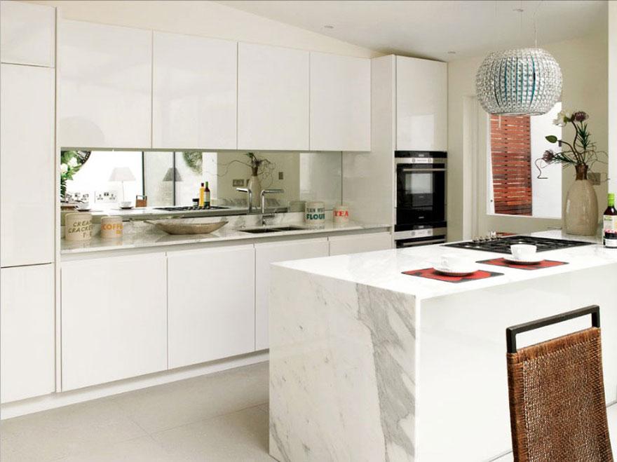 Những nhà bếp diện tích nhỏ thường có bàn dài đối diện bàn ăn hoặc sofa phòng khách