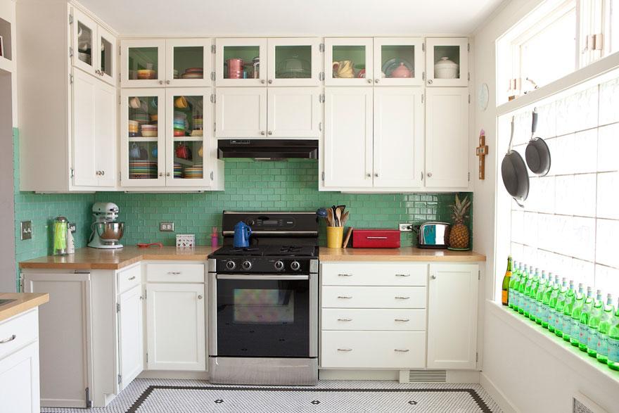 Đừng quên lựa chọn nội thất màu sáng và thu hút ánh sáng tự nhiên vào không gian nhà bếp có diện tích nhỏ để giúp nó thông thoáng hơn.