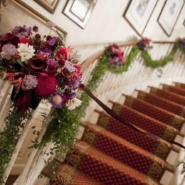 Mách bạn cách trang trí cầu thang siêu đẹp cho ngày cưới thêm lung linh