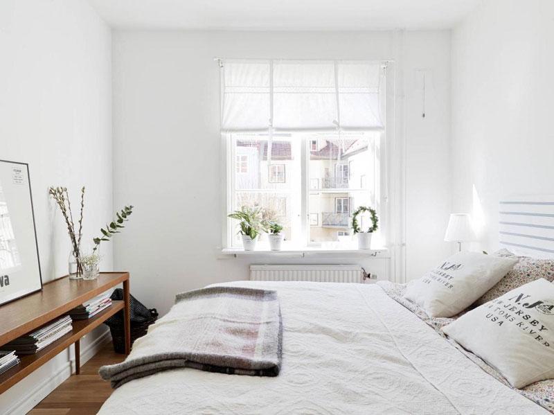 Phong cách thiết kế nội thất Scandinavian nổi bật với màu trắng cùng cửa sổ lớn và sàn gỗ là ý tưởng khá phù hợp cho phòng ngủ dài, hẹp.