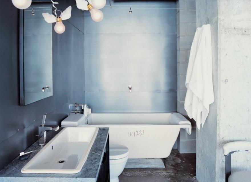 Bóng đèn độc và lạ trong phòng tắm tối giản