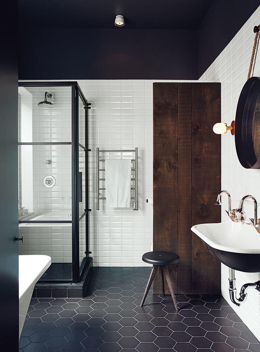 Phòng tắm tối giản với gạch lát sàn