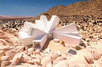 Nhà container vô cùng độc đáo mọc lên giữa sa mạc California