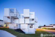 Thiết kế của ngôi nhà có những chiếc hộp xếp chồng lên nhau