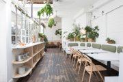 Không gian phủ đầy cây xanh của nhà hàng Di An Di ở Brooklyn