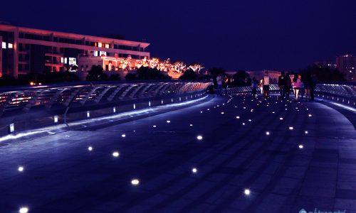 Khám phá vẻ đẹp lung linh về đêm của Hồ Bán Nguyệt - Cầu Ánh Sao