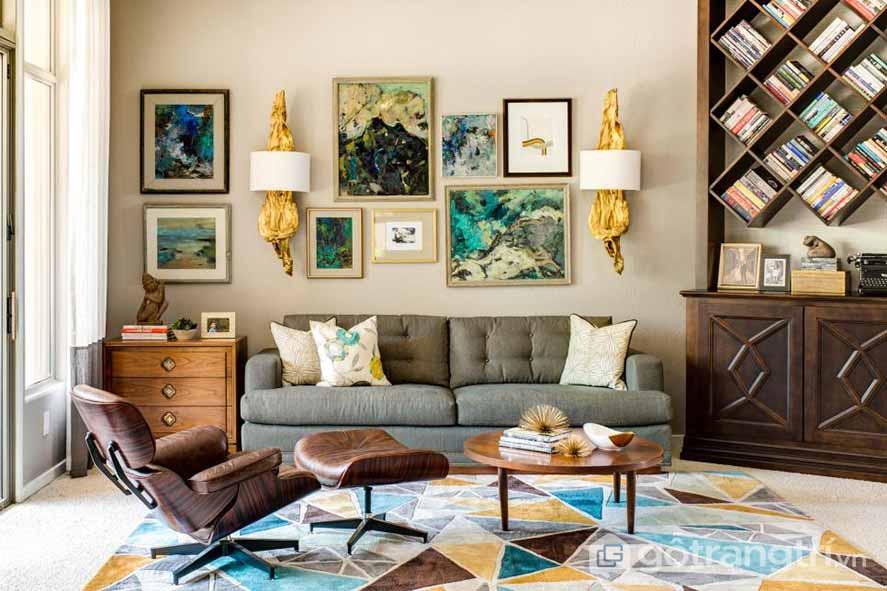 Căn phòng khách này được sử dụng thảm trải sàn họa tiết với nhiều sắc màu, khung tranh treo tường đậm chất retro (Ảnh: Internet)