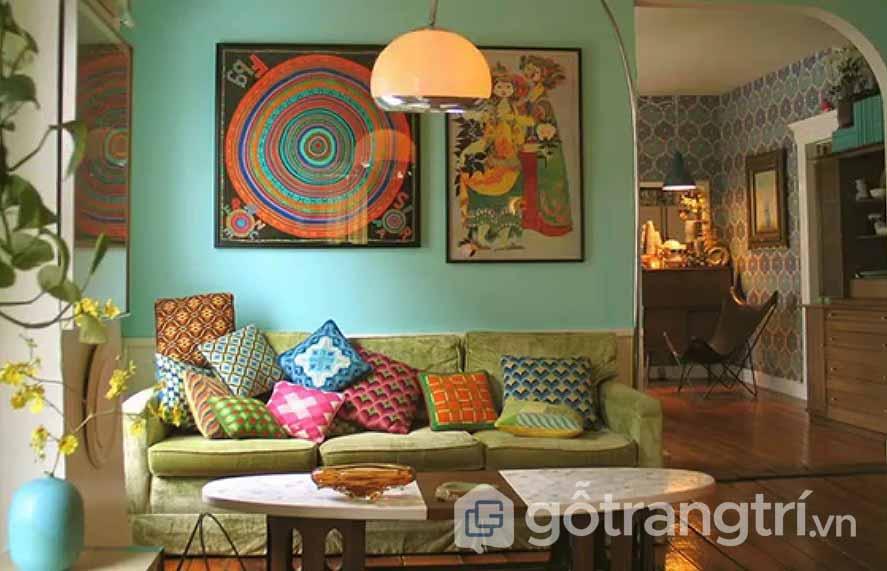 Căn phòng khách này được kết hợp nhiều gam màu sắc nội thất, chiếc gối ôm với nhiều họa tiết đẹp, hay dòng tranh treo tường nhìn khá nghệ thuật (Ảnh: Internet)