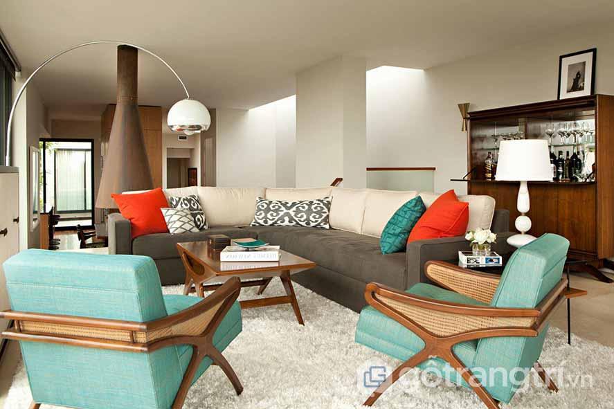 Bộ ghế sofa sở hữu gam màu xanh khá nhã nhặn, được kết hợp với những chiếc gối ôm với tông màu đỏ nóng bỏng mang đậm phong cách retro nội thất (Ảnh: Internet)