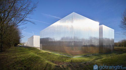 Dùng thép phản quang xây trung tâm kỹ thuật sách giáo dục đại học