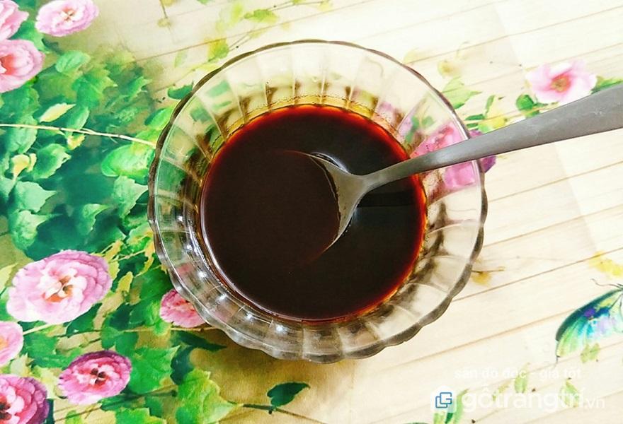 Pha chế nước sốt gồm mật ong, tương cà và nước tương