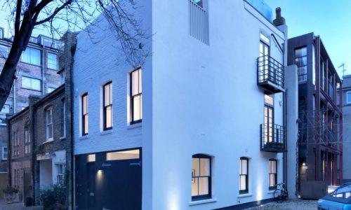 Ngôi nhà đơn sắc tại London được cải tạo lại từ trại nuôi ngựa