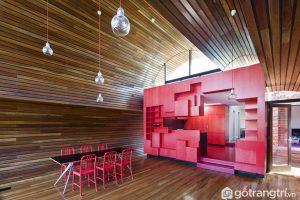 Khu vực ăn uống rất sực sỡ với màu đỏ và màu nâu của gỗ ốp sàn, tường và những chiếc ghế