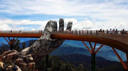 Chiêm ngưỡng đôi bàn tay khổng lồ nhấc bổng cây cầu vàng ở Đà Nẵng