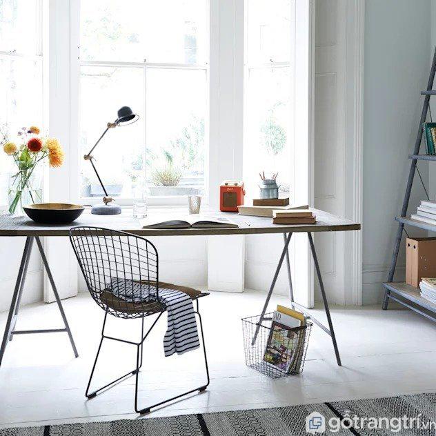 Bàn làm việc đơn giản tại nhà được đặt ở gần cửa sổ