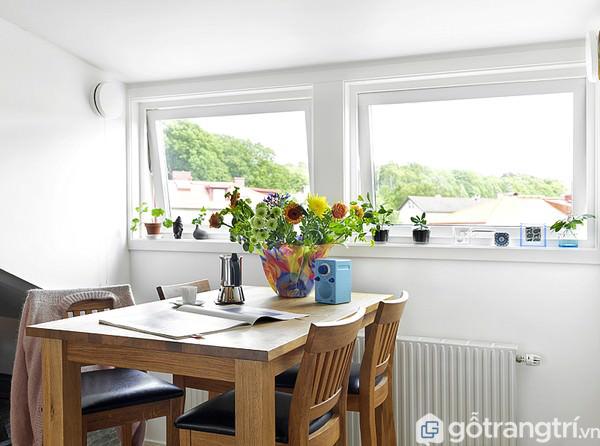 Sử dụng hoa tươi là cách trang trí bàn ăn đẹp