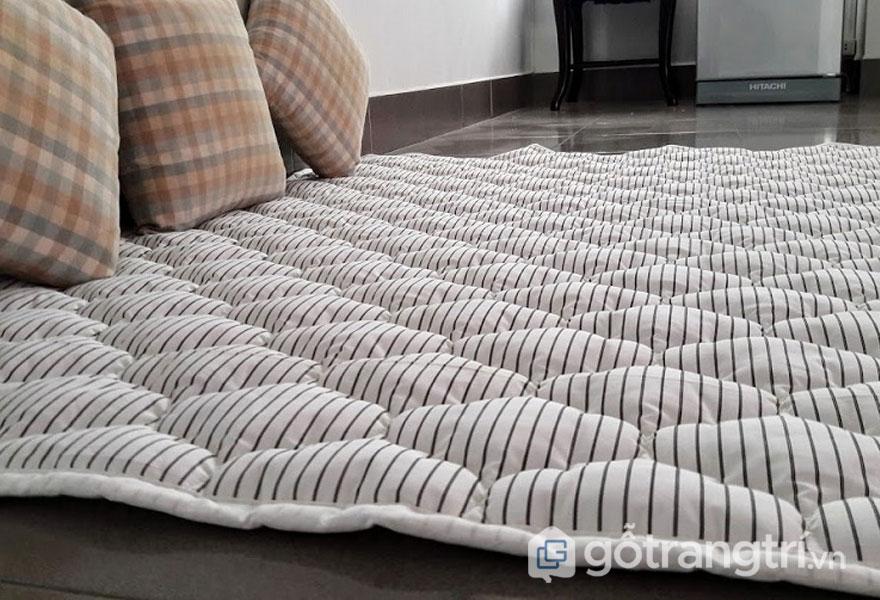 Cách trang trí phòng ngủ đẹp không cần giường thông thoáng