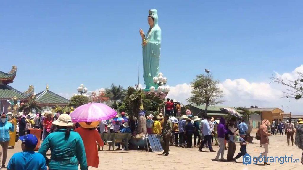 Hằng năm, có hàng ngàn lượt du khách đến tham quan, thưởng ngoạn và bày tỏ lòng thành kính của mình. Đặc điểm thu hút du khách tại đây là tượng Phật Bà cao 11m hướng về biển Đông để phù hộ và che chở cho ngư dân đang mưu sinh ngoài biển khơi.