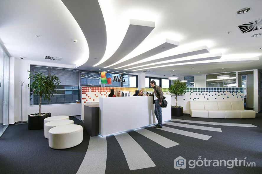 Văn phòng làm việc được thiết kế vô cùng độc đáo với những đường cong trên trần nhà hòa quyện cùng dải ánh sáng nhìn khá bắt mắt (Ảnh: Internet)