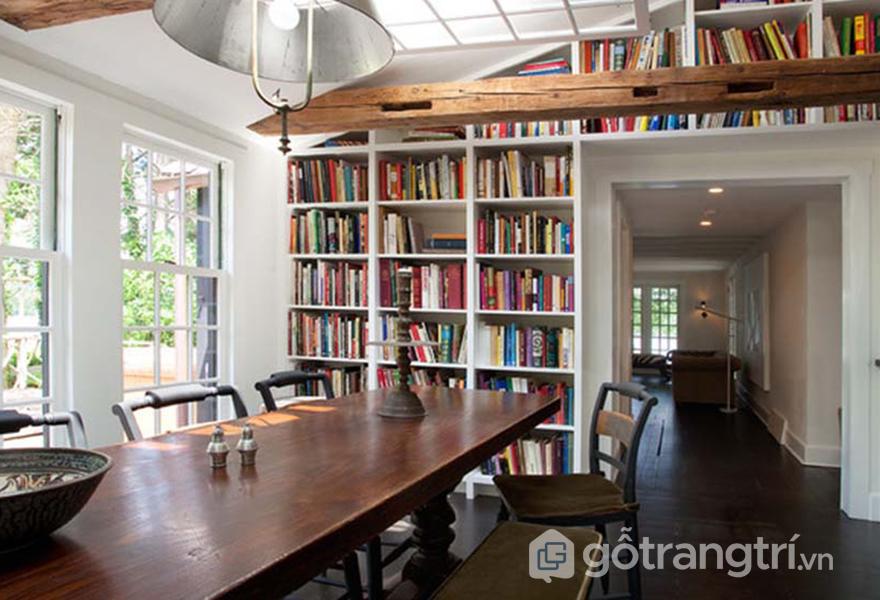 Giá sách bao quanh căn phòng thay vì những mảng tường trống