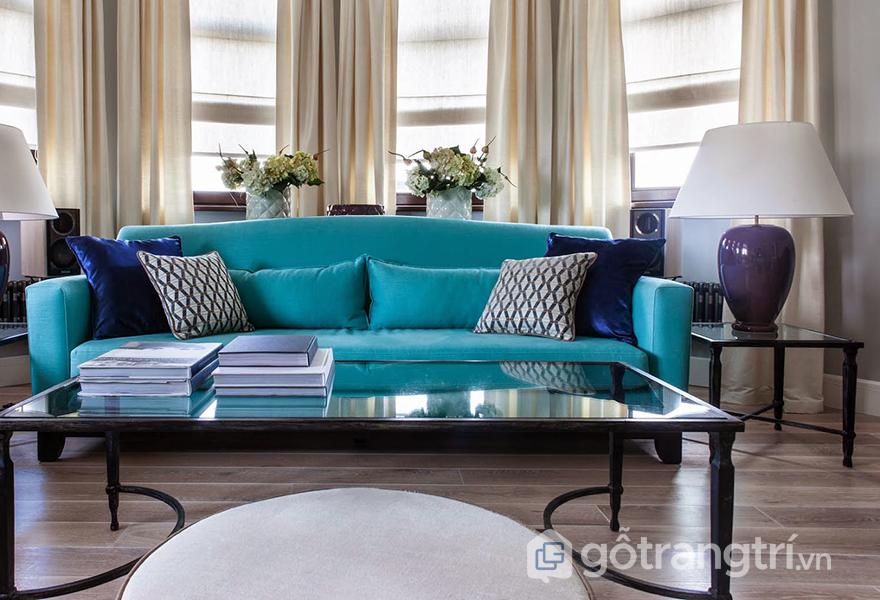Chiếc sofa màu xanh ngọc là trung tâm thẩm mỹ của phòng khách