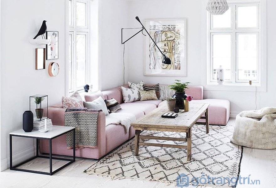 Chiếc sofa với màu rose quartz là điểm nhấn trong phòng khách