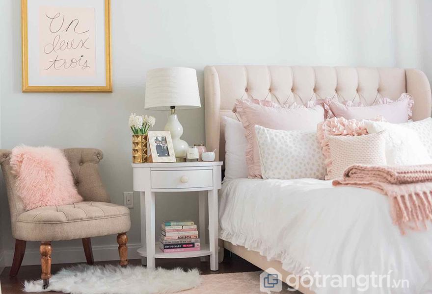 Màu hồng rose quartz nhẹ nhàng được ứng dụng hiệu quả trong phòng ngủ