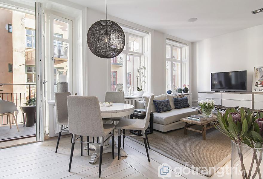 Chiếc thảm màu be và đồ nội thất điểm xuyết màu đen tạo nên điểm nhấn ấn tượng và thu hút ánh nhìn