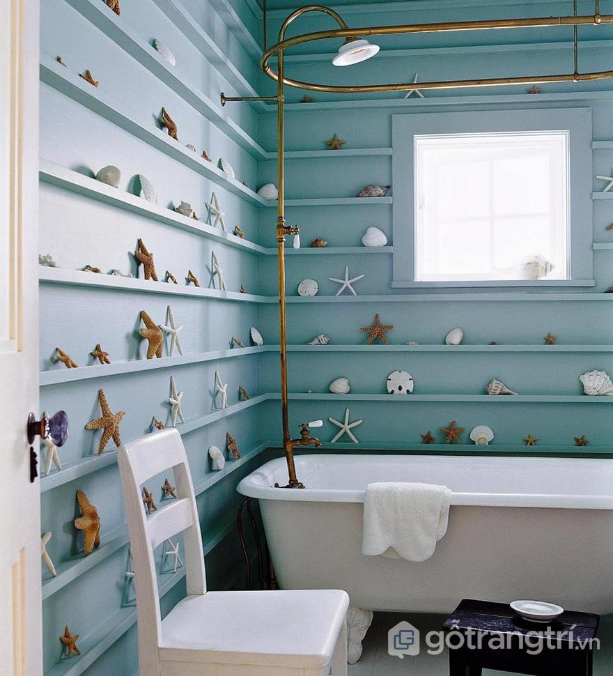 Phòng tắm được trang trí bằng rất nhiều đồ vật hình sinh vật biển