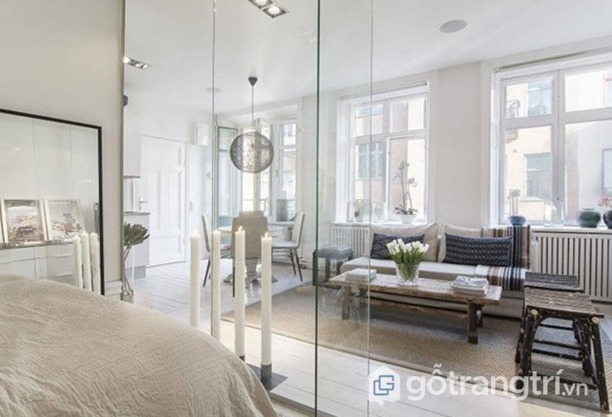 Phòng ngủ được phân cách với phòng khách bằng vách kính