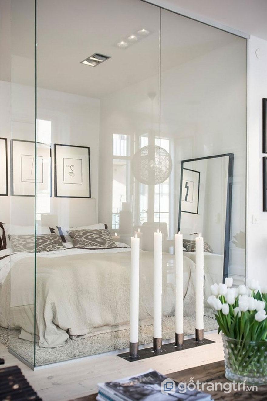 Tấm gương lớn đặt ở bức tường cạnh giường giúp tăng hiệu ứng thị giác