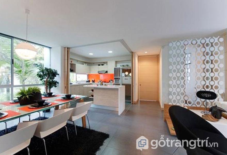 Phòng bếp và phòng ăn nằm đối diện với phòng khách chính