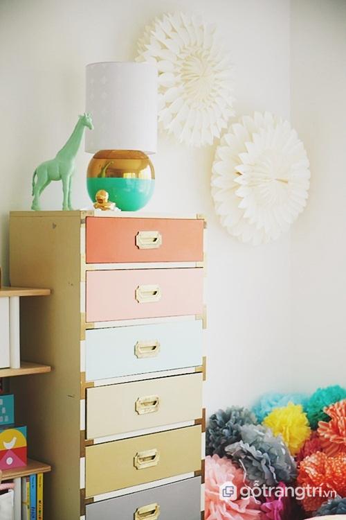 Cách sắp xếp tủ quần áo: Phân thành từng ngăn theo màu