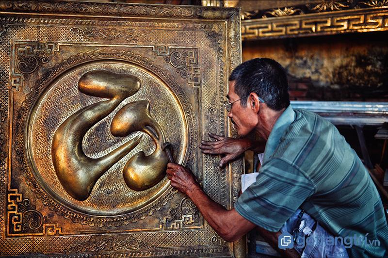 Nghệ nhân chạm bạc Đồng Xâm đang thực hiện tác phẩm tranh trang trí