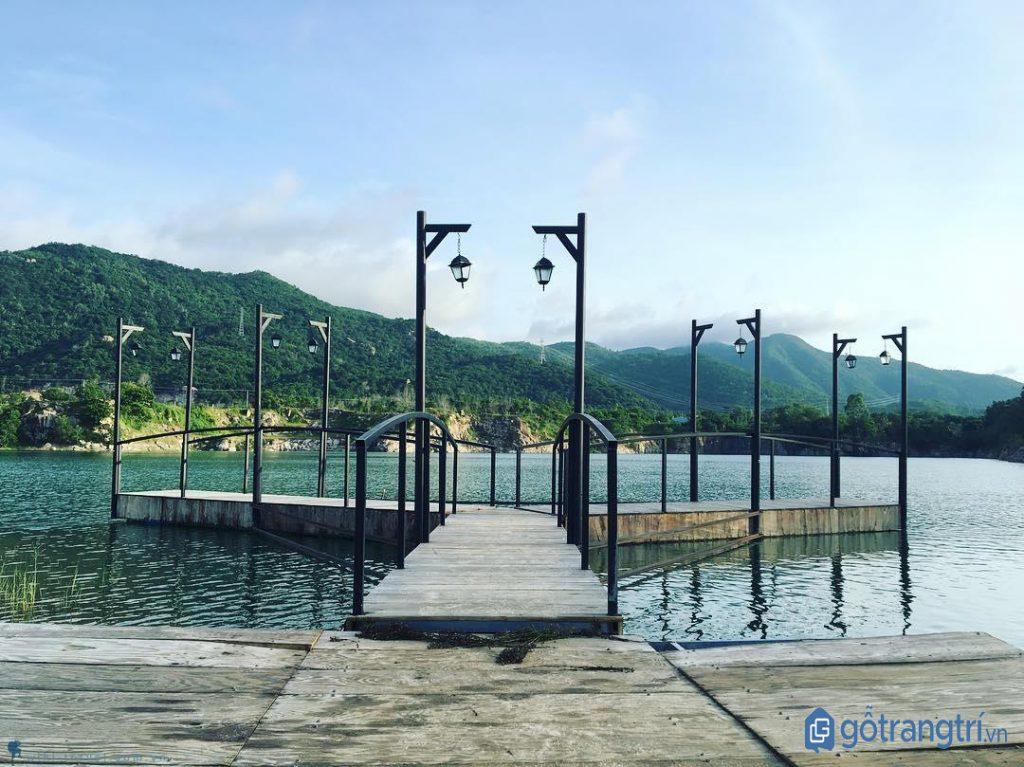 Cây cầu bắc ngang giữa hồ Đá Xanh - Vũng Tàu