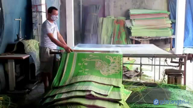 Nghệ nhân làng nghề chiếu Hới đang sản xuất chiếu cói