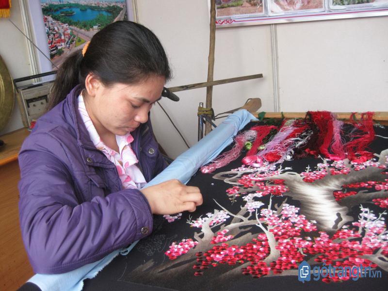 Nghệ nhân làng thêu Minh Lãng đang thực hiện bức tranh thêu hoa đào