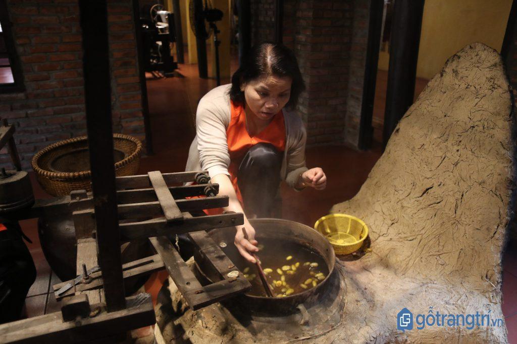 Nghệ nhân làng tơ Cổ Chất đang thực hiện kỹ thuật luộc kén