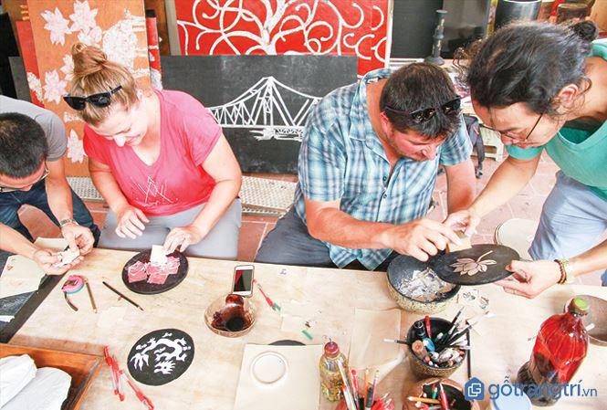Khách du lịch nước ngoài trải nghiệm làm sơn mài Hạ Thái