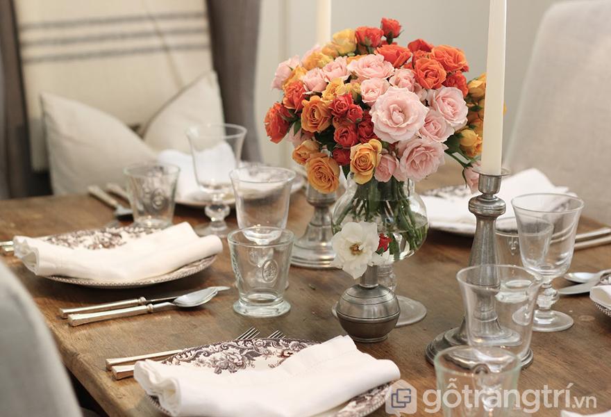 Trang trí bàn ăn lãng mạn với hoa hồng