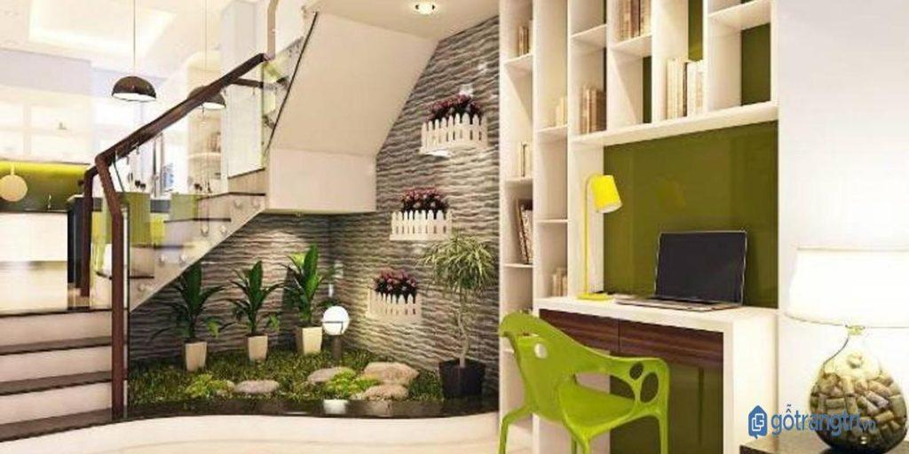 Trang trí chân cầu thang bằng cây cảnh xanh mát. (ảnh: internet)